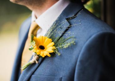 Fiore all'occhiello per lo sposo: le 4 regole del galateo