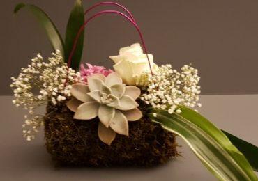 Bouquet a borsetta: come abbinarlo all'abito da sposa