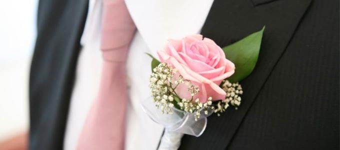 Boutonnière dello sposo: come e perché indossarla